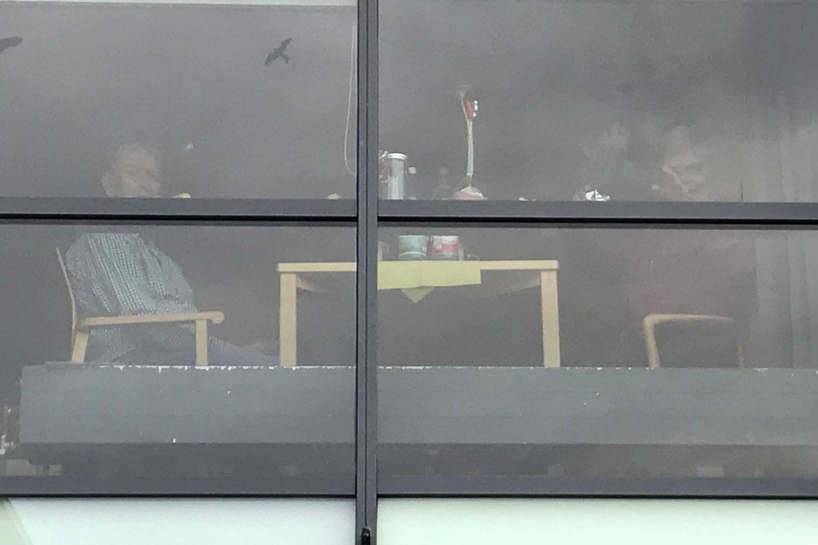 In der Wohngruppe treue Fans der Fensterkonzerte