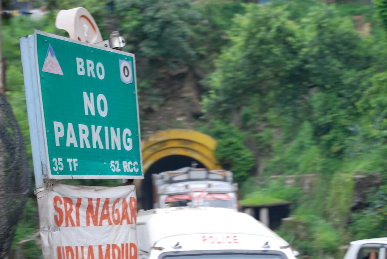 Straßenschilder beginnen in Indien mit Bro