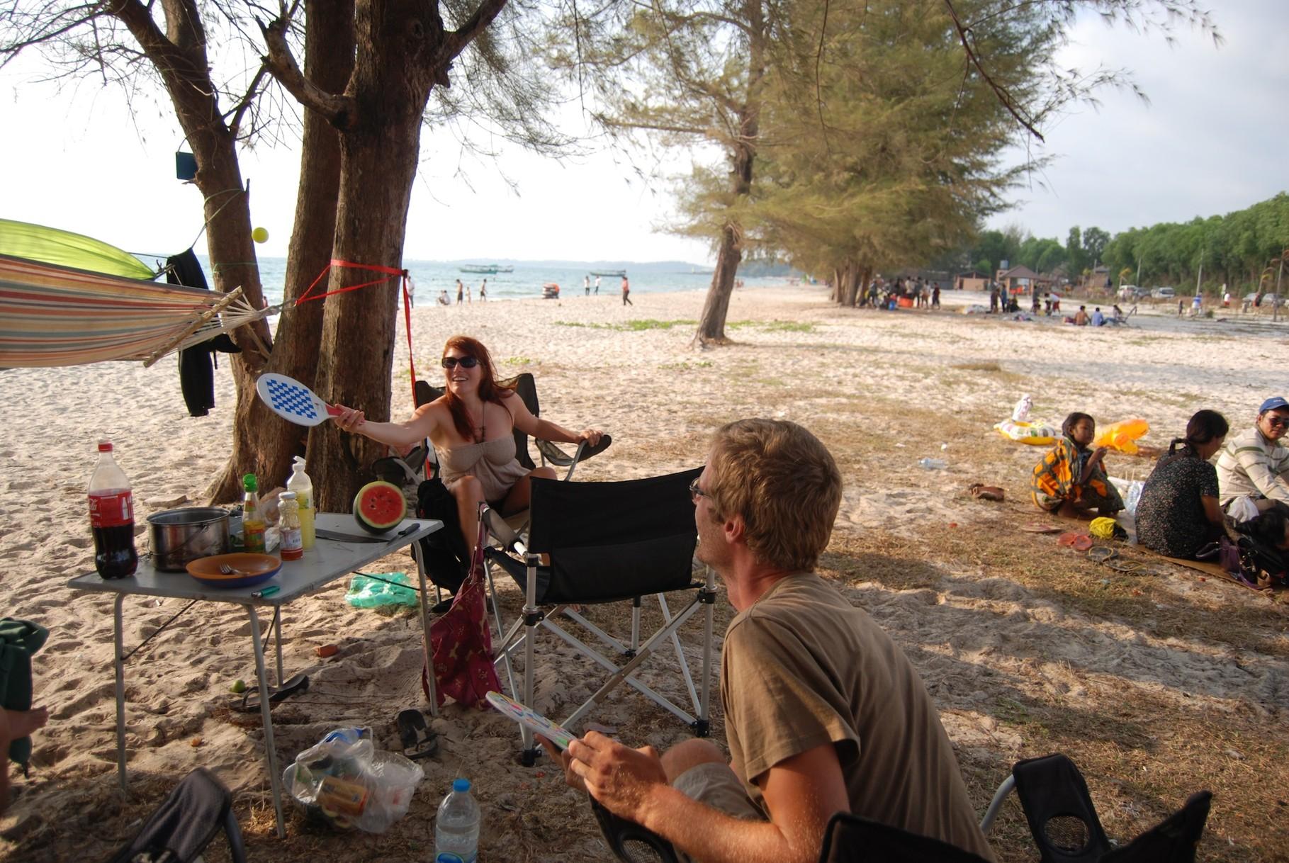 Kathi und David perfektionieren das im-Sitzen-Beach-Ball-spielen