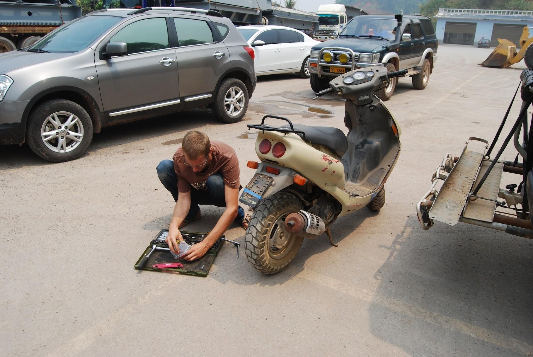 David beginnt ganz motiviert mit der Moped-Zerlegung