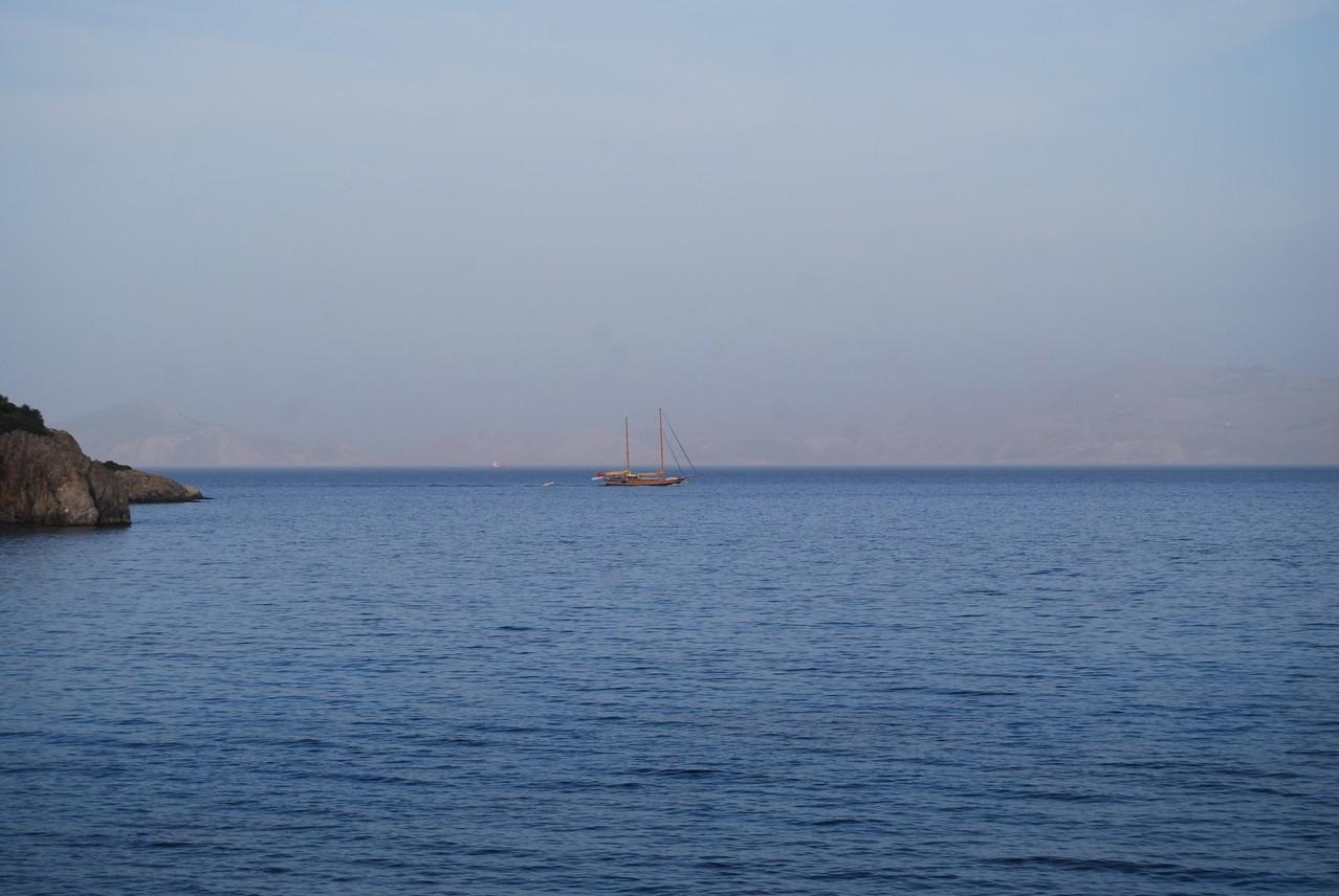 Ein Segelschiff am Horizont