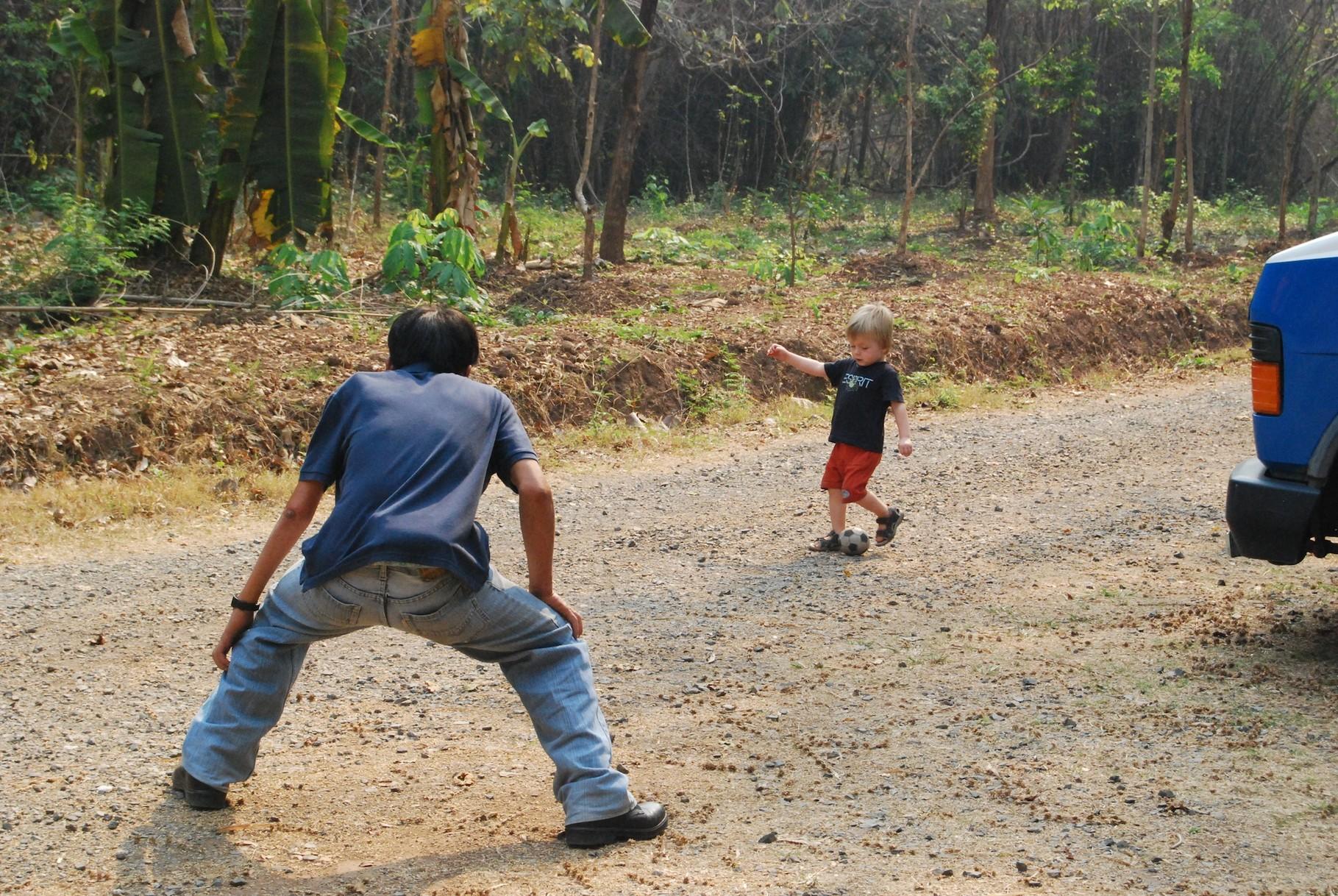 La und Eliah beim Fußballspielen