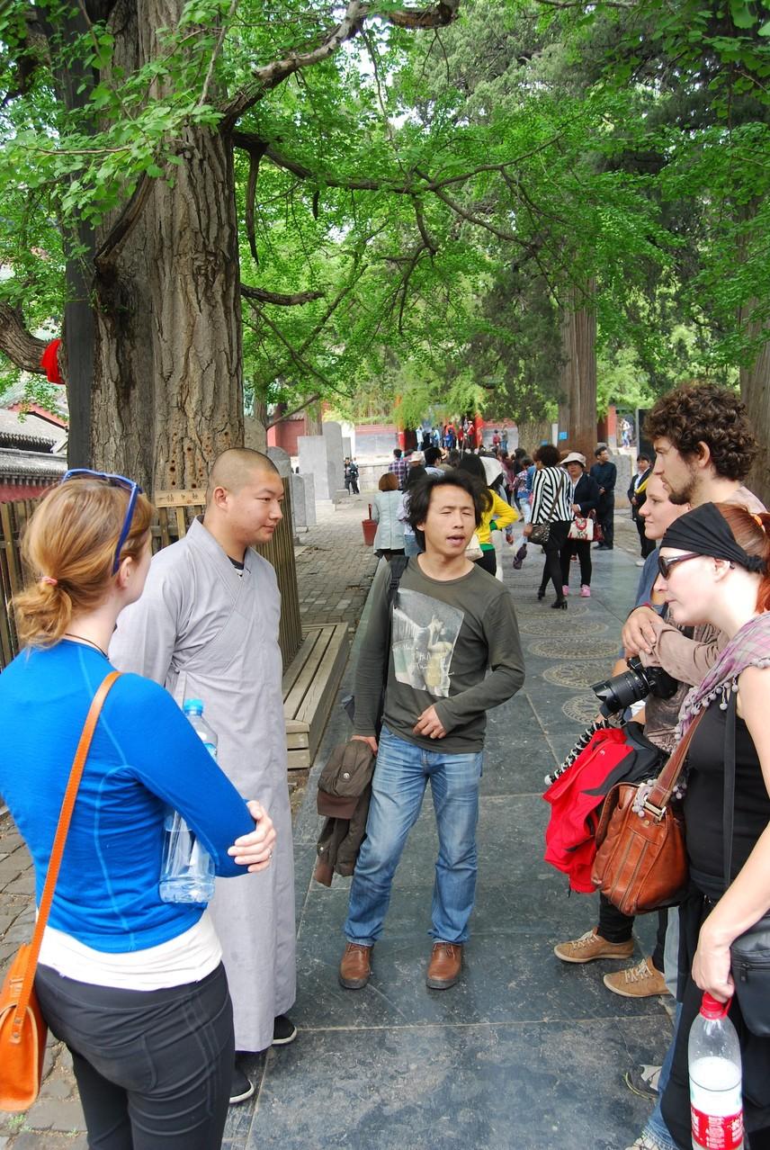 Der Mönch erklärt uns das Kloster, während Tony übersetzt