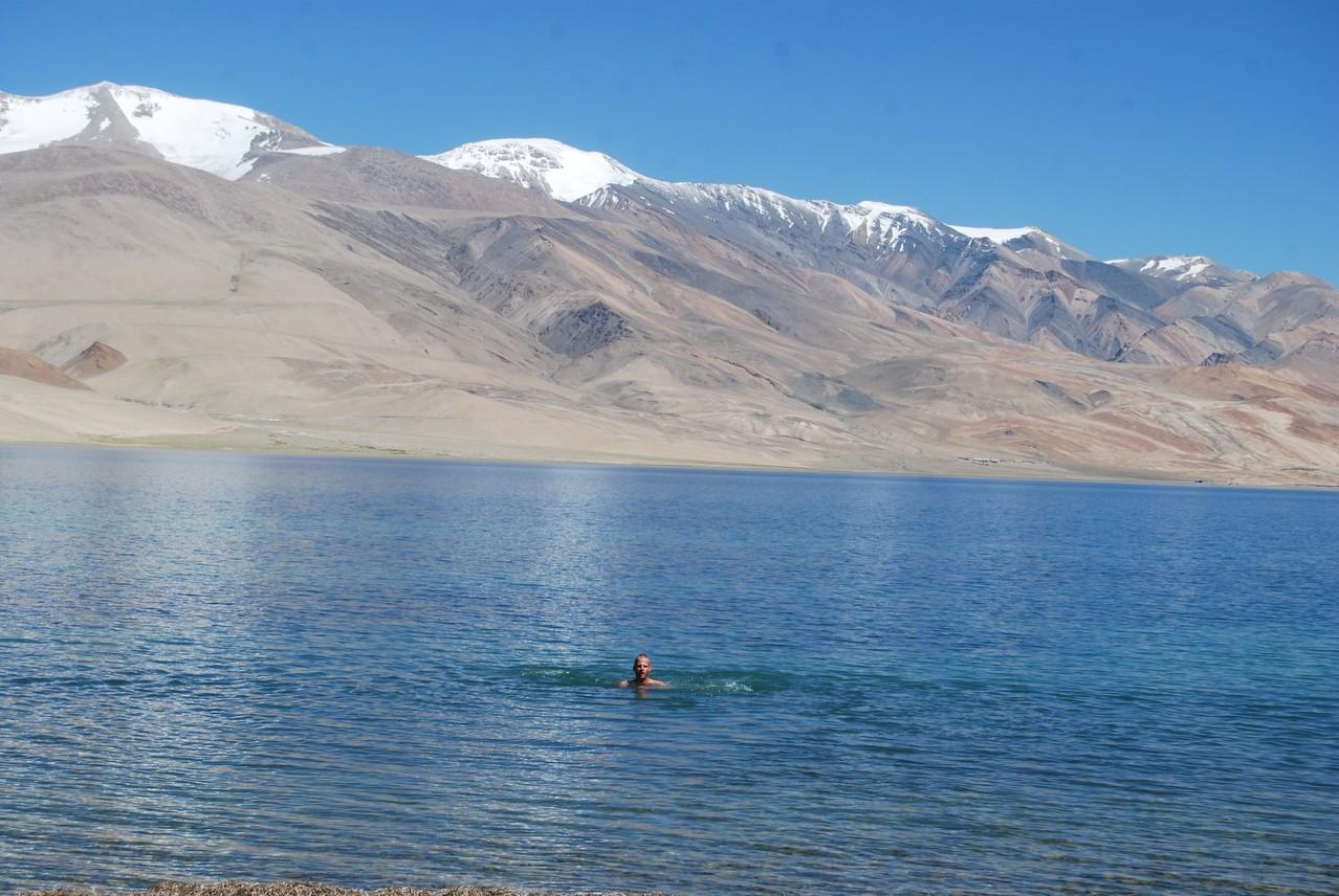 David beim Schwimmen im Tso Moriri