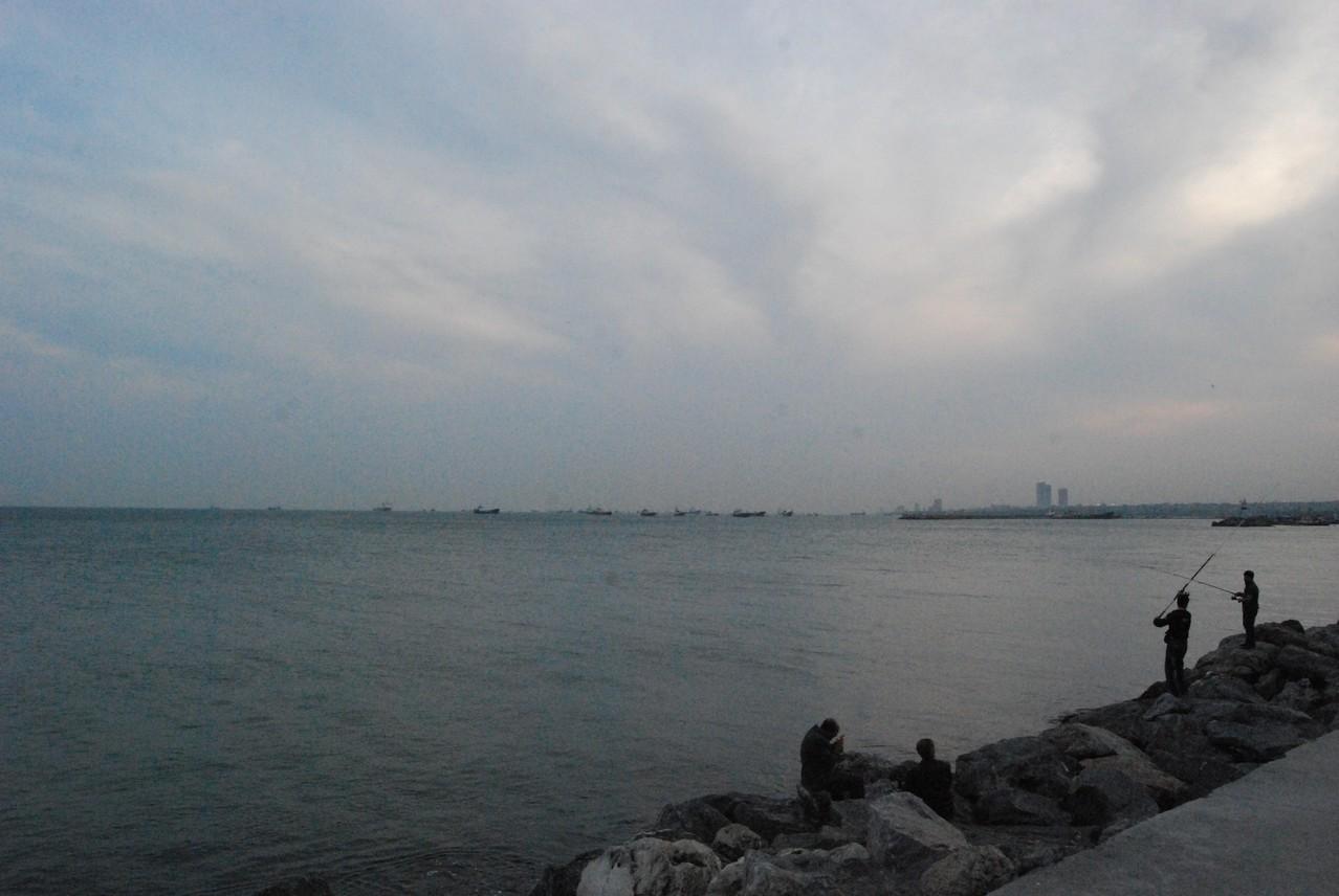 Schiffe warten auf die Bosphorus-Überfahrt