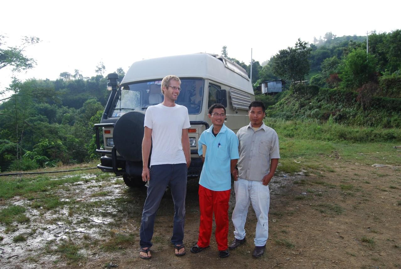 David mit dem Direktor der Schule und einem anderen Dorfbewohner