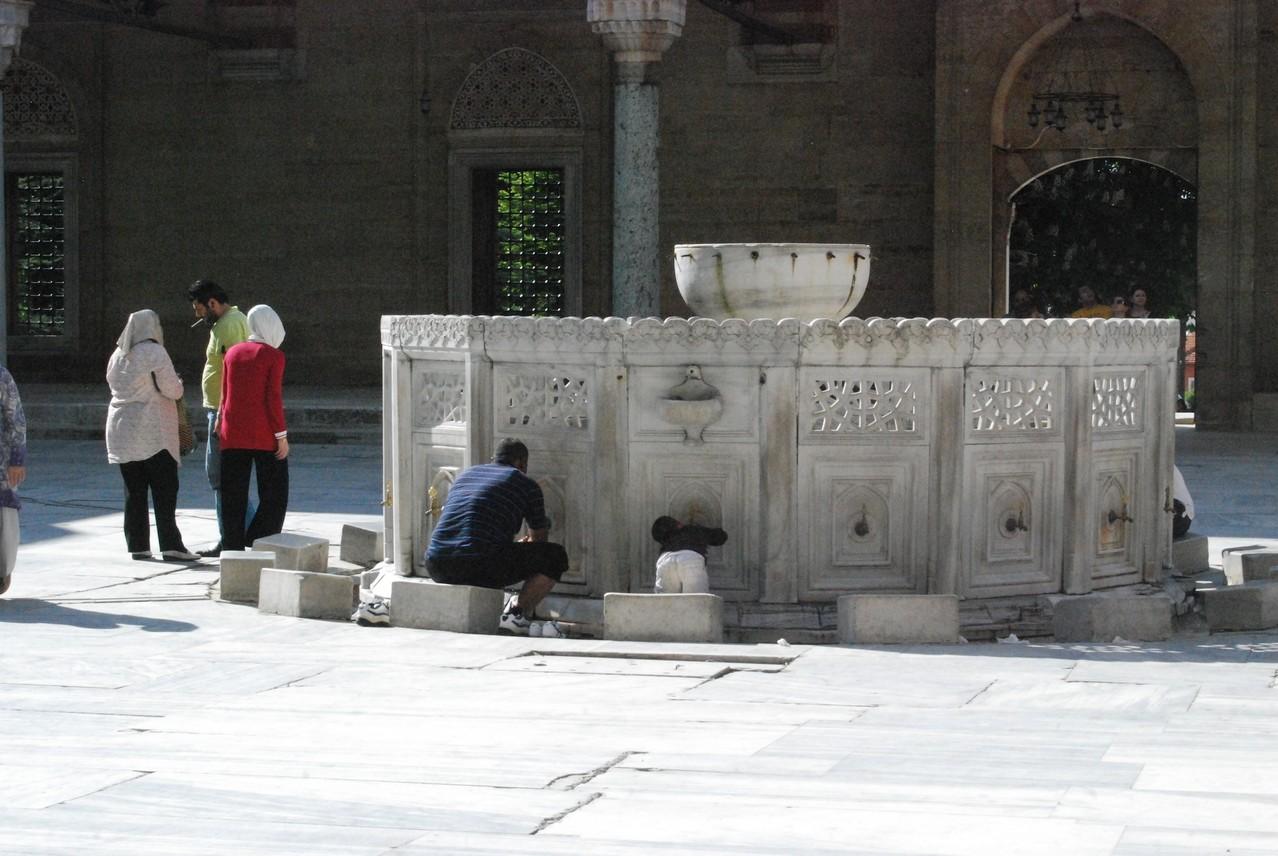 Vater und Sohn beim Waschen im Innenhof der Sultan Ahmet Moschee in Edirne