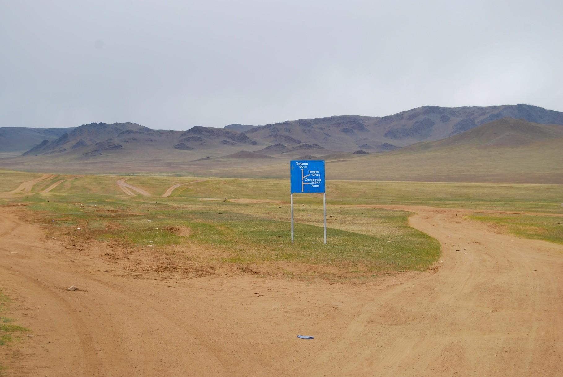 Unser erstes mongolisches Straßenschild außerhalb von Ulaan Baator