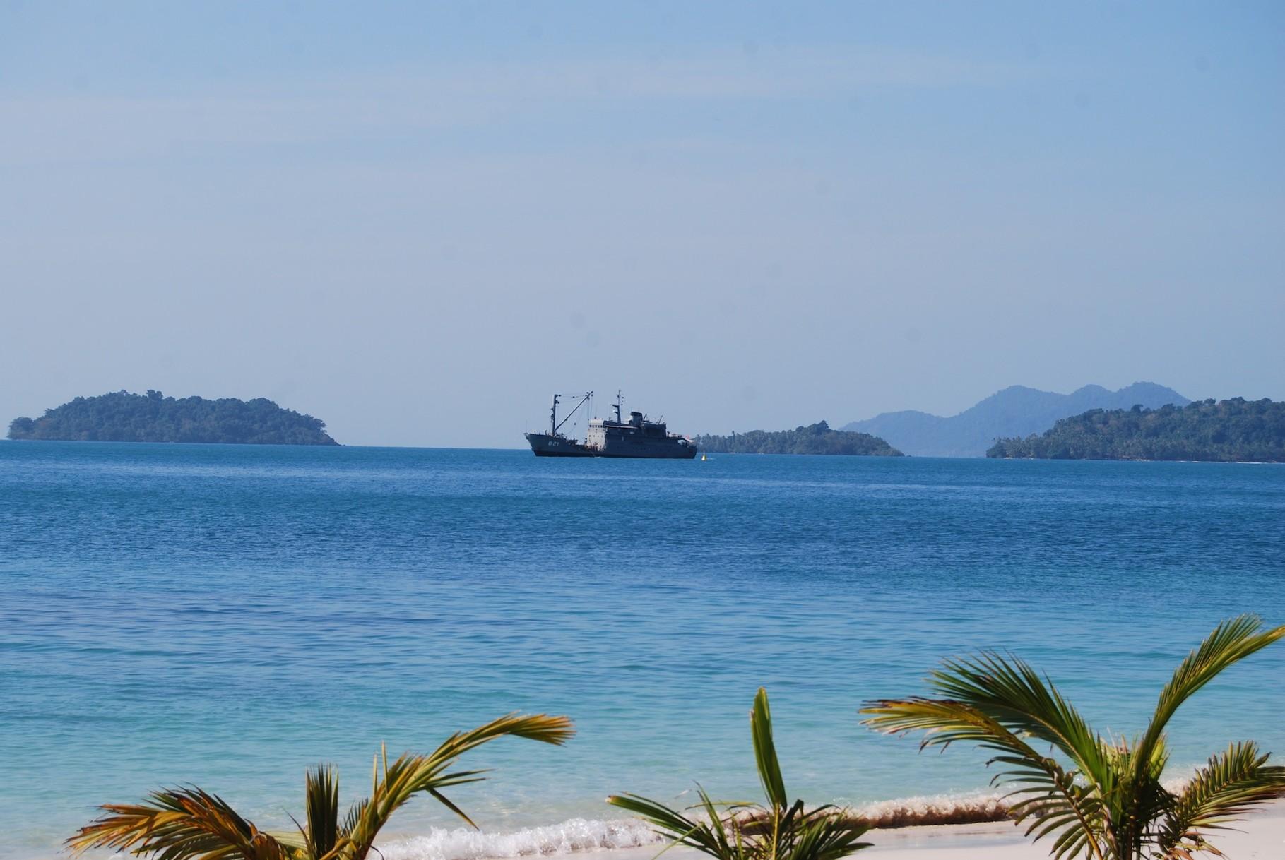 Militärschiff beim Bojen setzen