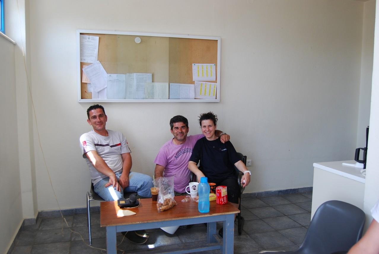 Von links nach rechts: Costas jun., Costas sen. und eine der Biologinnen