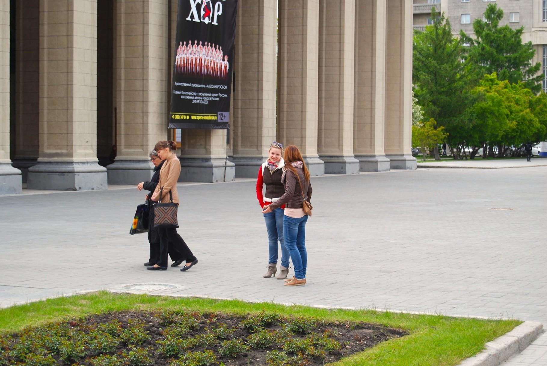 Ira erklärt mir das Theater in Novosibirsk