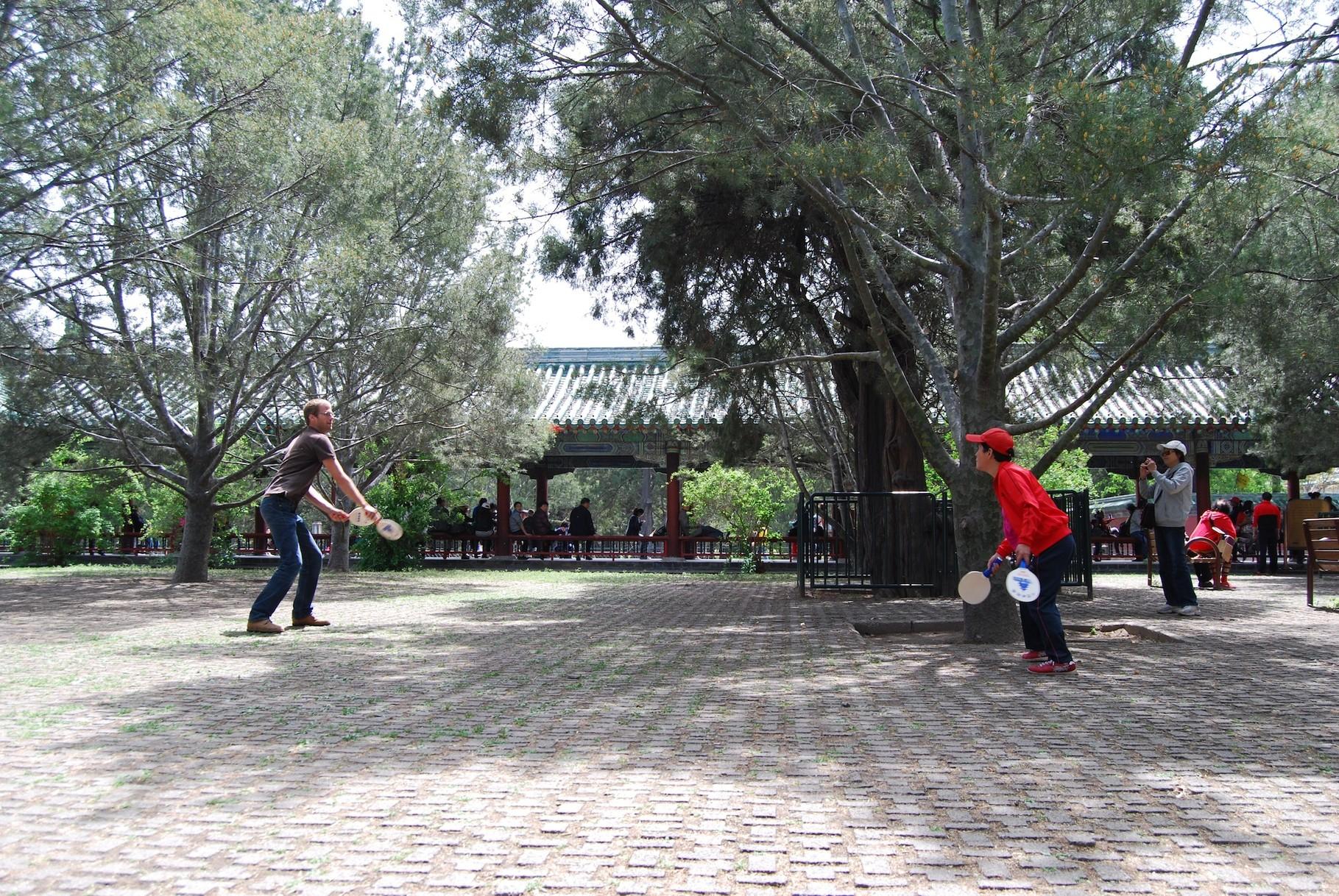 David beim Ping Pong Spielen im Park des Himmlischen Tempels