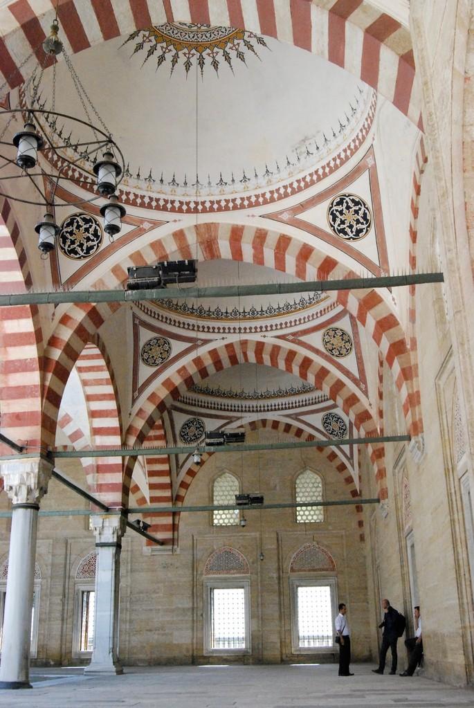 Bögen im Innenhof der Sultan Ahmed Moschee in Edirne