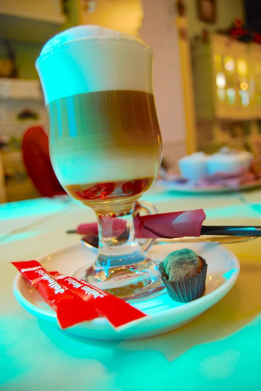 Ein Meisterwerk: Café Latte im Puppenhaus