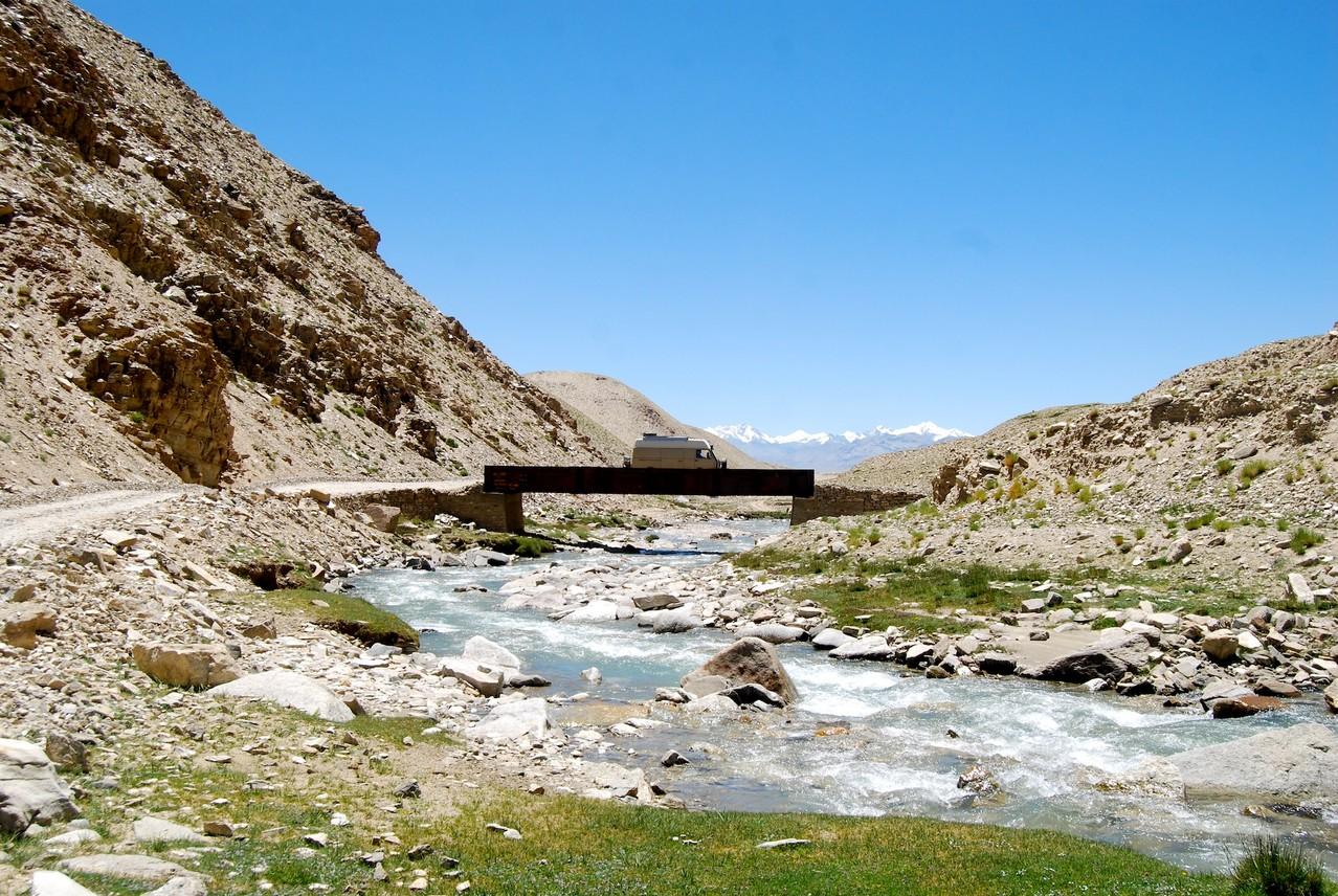 auf der Brücke, mit Gletschern im Hintergrund