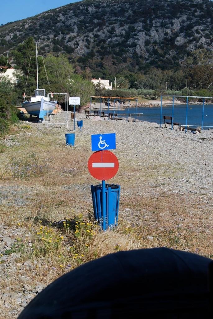 Signtology: Durchfahrt für Rollstuhlfahrer verboten? Durchfahrt verboten außer für Rollstuhlfahrer?