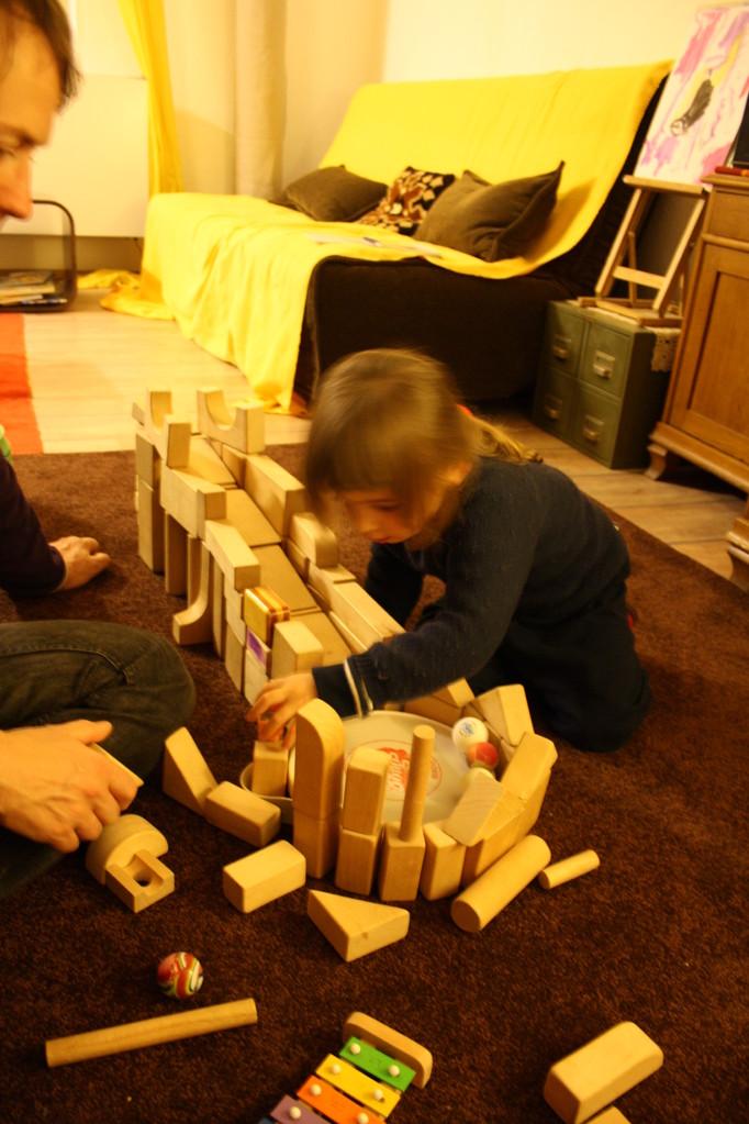 Konstruktion einer Murmelbahn aus Holz-Bauklötzen