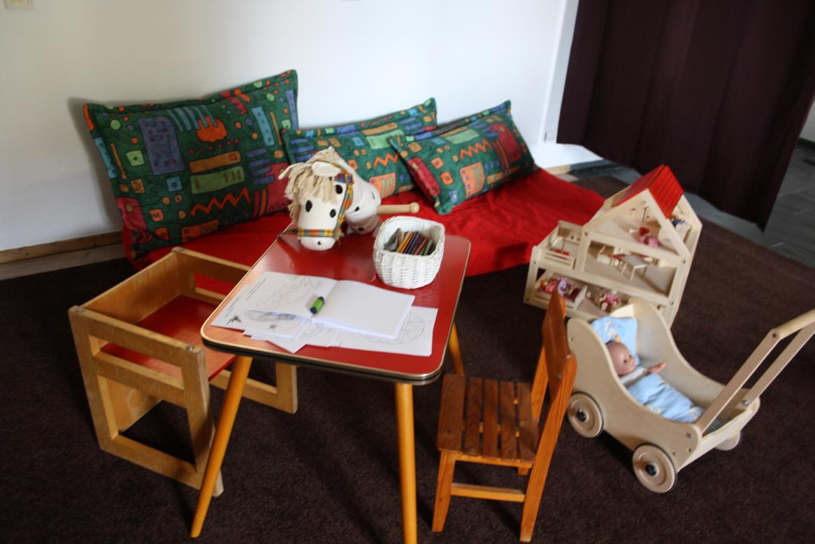 Sitzecke zum Malen und Basteln, Puppenhaus und Puppenwagen