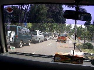 ジャンビ市内のガソリンスタンドに続く行列