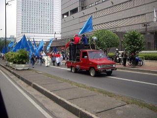ジャカルタ市内を行くデモ行進