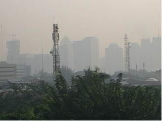 霞むジャカルタの摩天楼