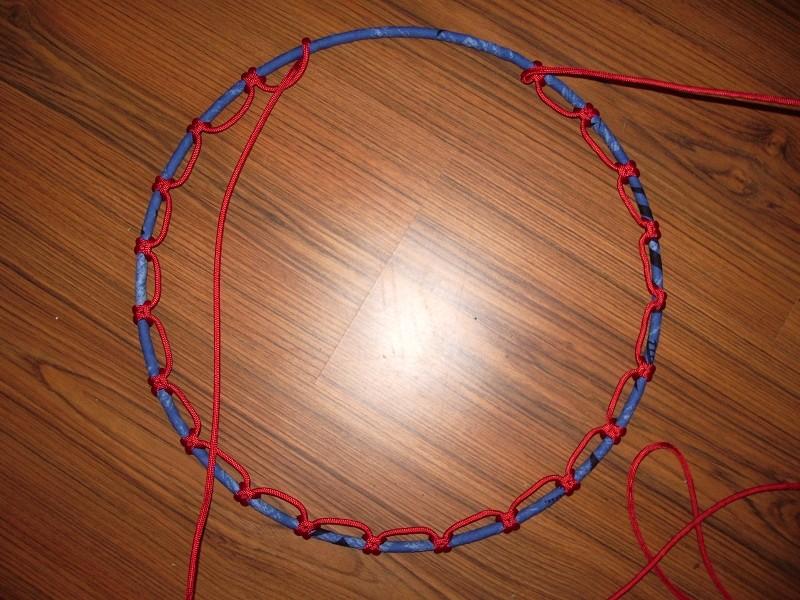 Knoten um den oberen Spannring (unten entsprechend)