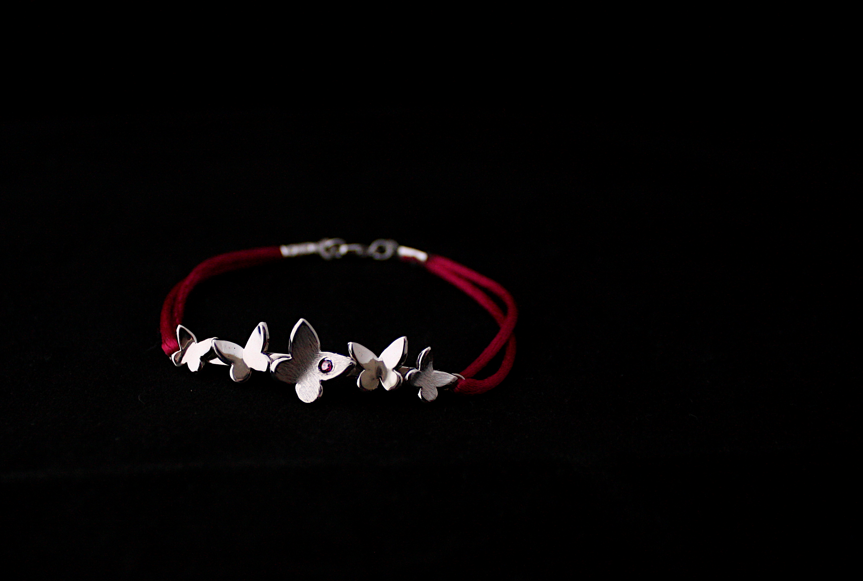 Bracelet papillons pour femme fait à la main en France en argent 925 et zirconium rouge sur cordon