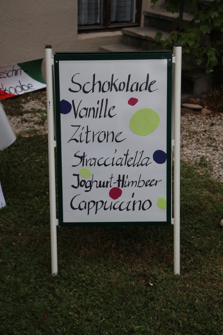 Der Elternbeirat verkauft Eis beim Sommerfest