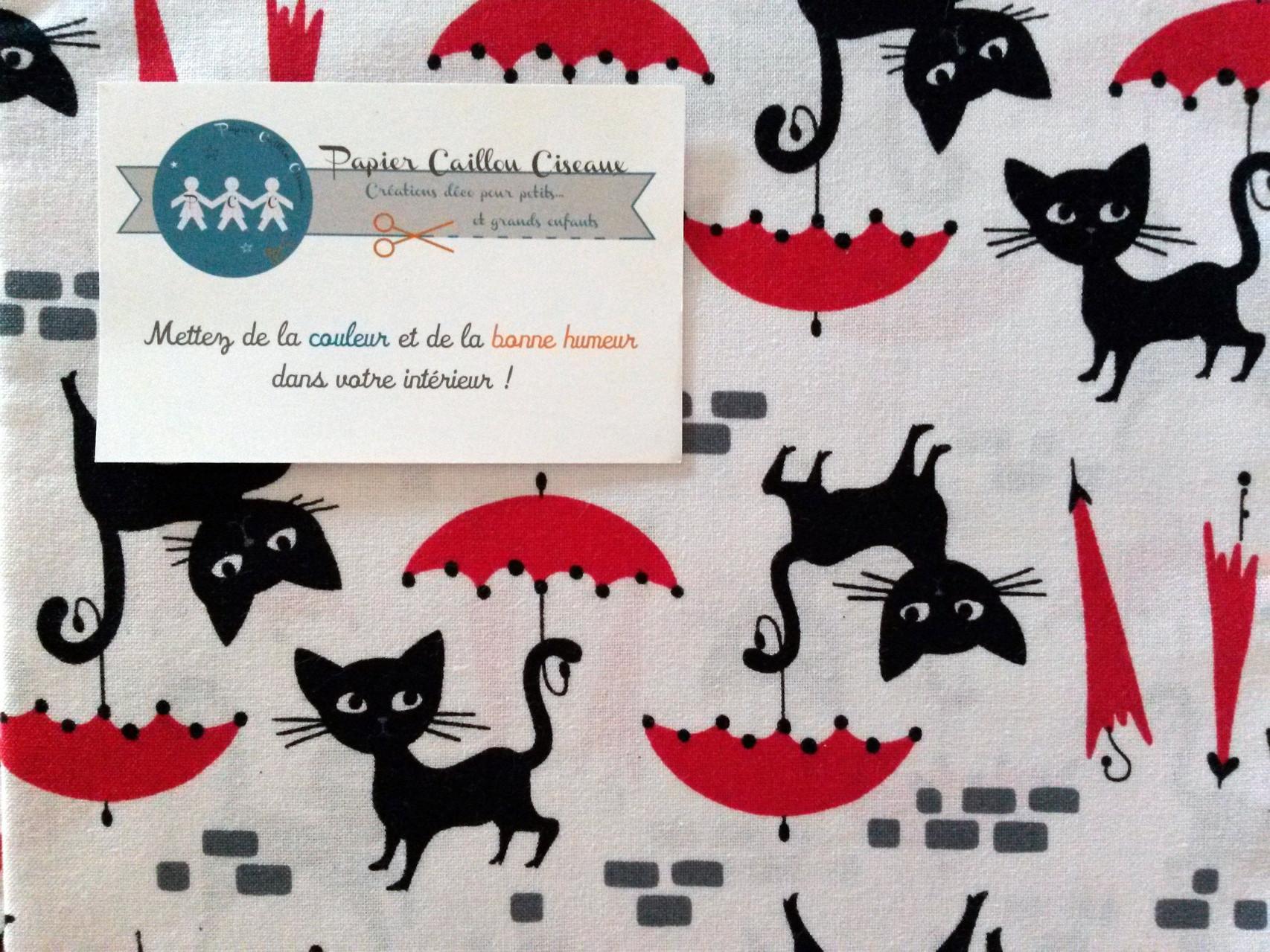 Chats et parapluies rouges