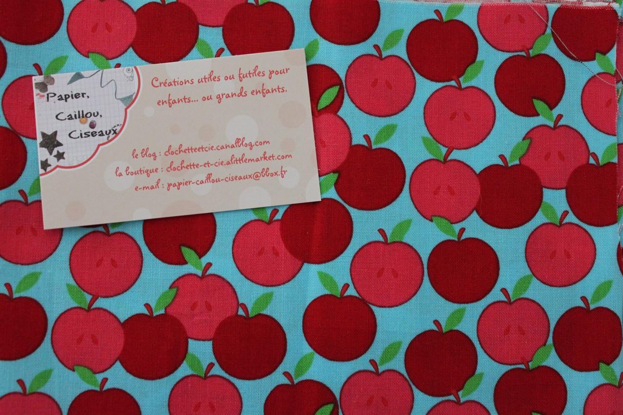 Pommes rouges et roses fond bleu