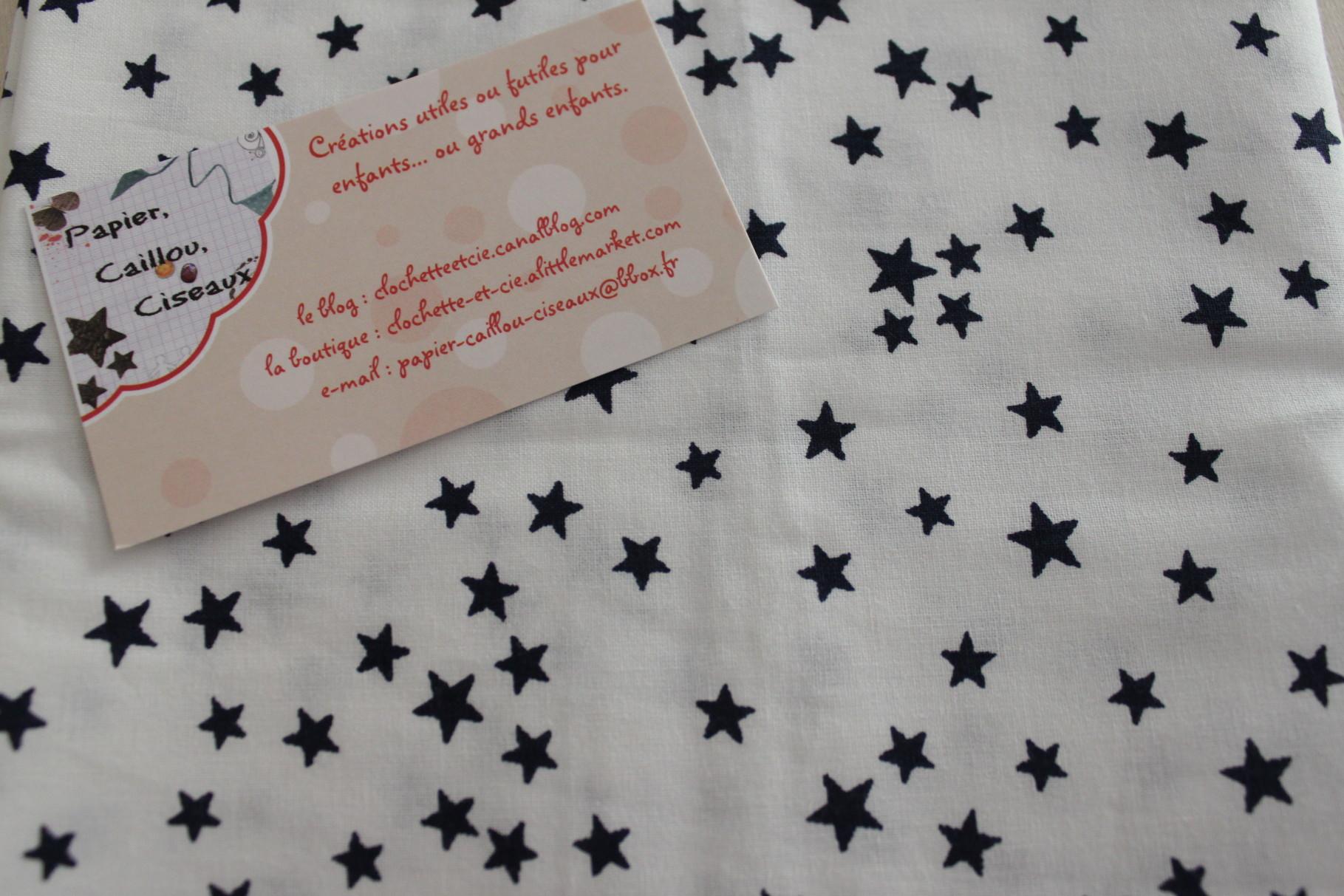 Petites étoiles bleues foncées fond blanc
