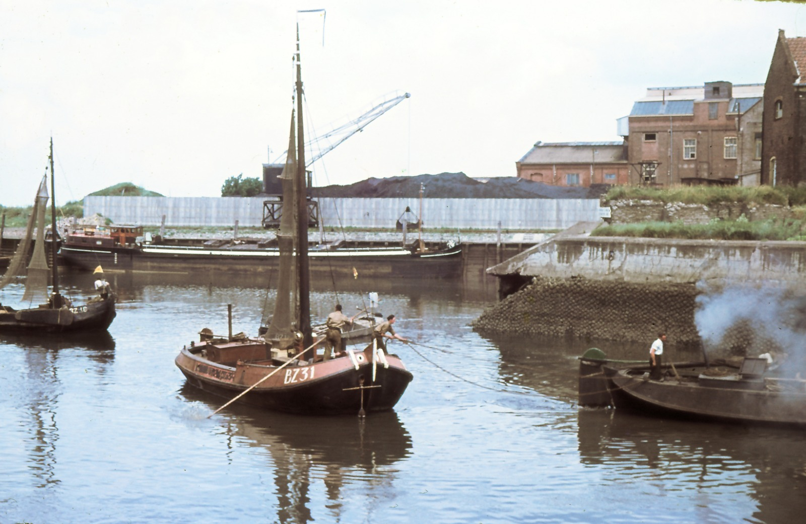 16-06-1950 Drijfpartij van vissersboten in de haveningang van Bergen op Zoom.