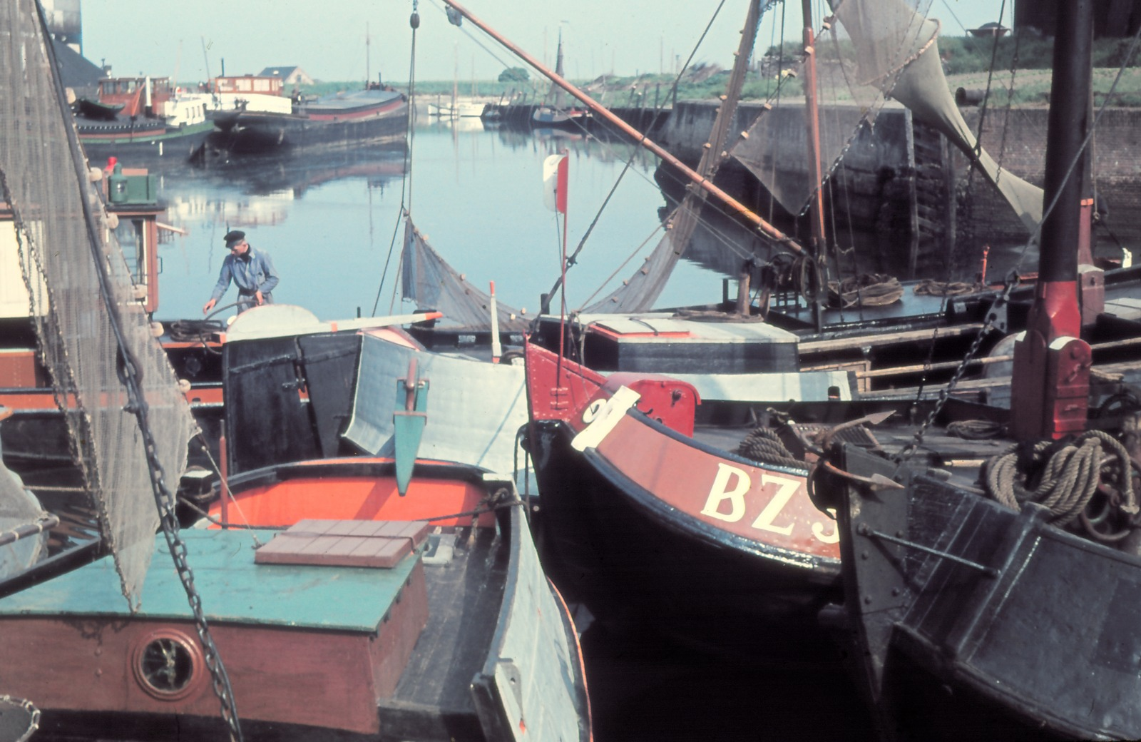 18-05-1952 Bergen op Zoom. Weervissersvaartuigen voor de wal.