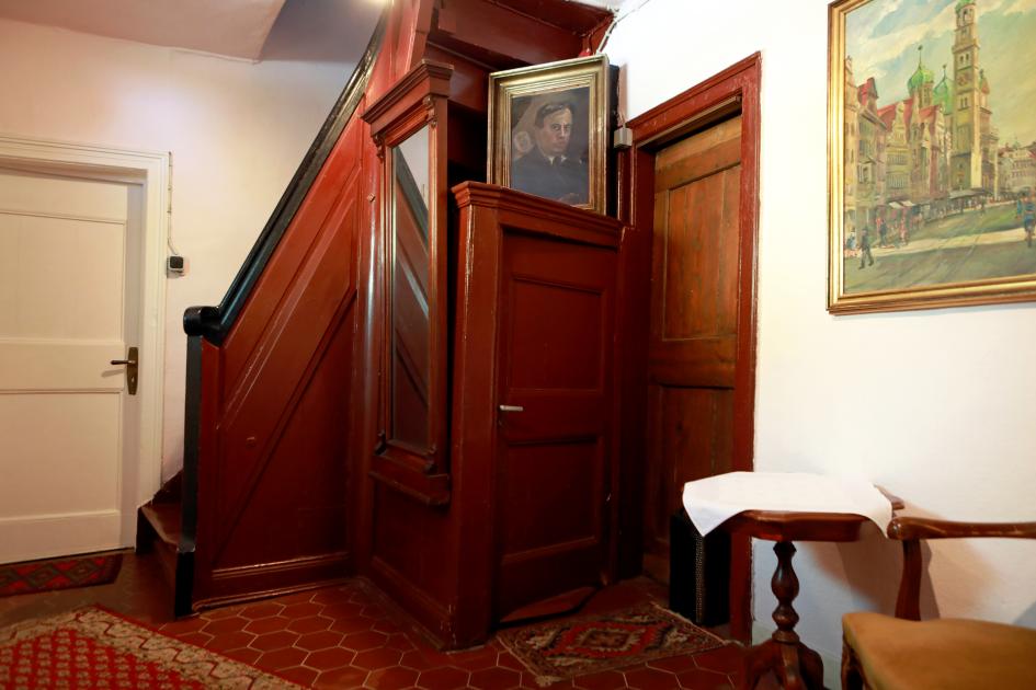 """Das Vestibül des """"Schwarzen Hauses"""" mit dem markanten Treppenkasten und der steilen Holztreppe des Hauses, 2018"""