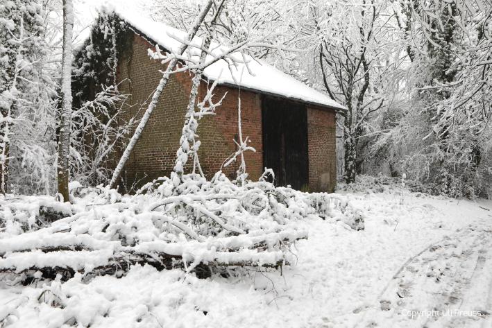 Des alte Pumpenhaus der Bleimine bei der Kolonie im Schnee, Zustand Februar 2021
