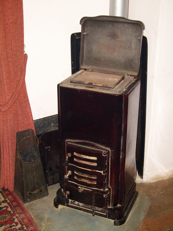 Historischer Kohleofen in großen Raum des Schwarzen Hauses, Zustand 2007