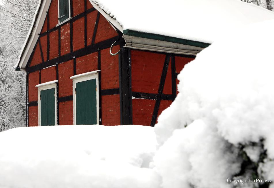 Ansicht des Roten Hauses bei Schnee, Zustand Februar 2021