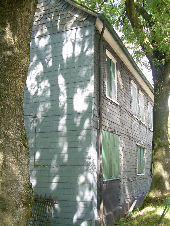 """Außenansicht des """"Roten Hauses"""" von der Gartenseite"""