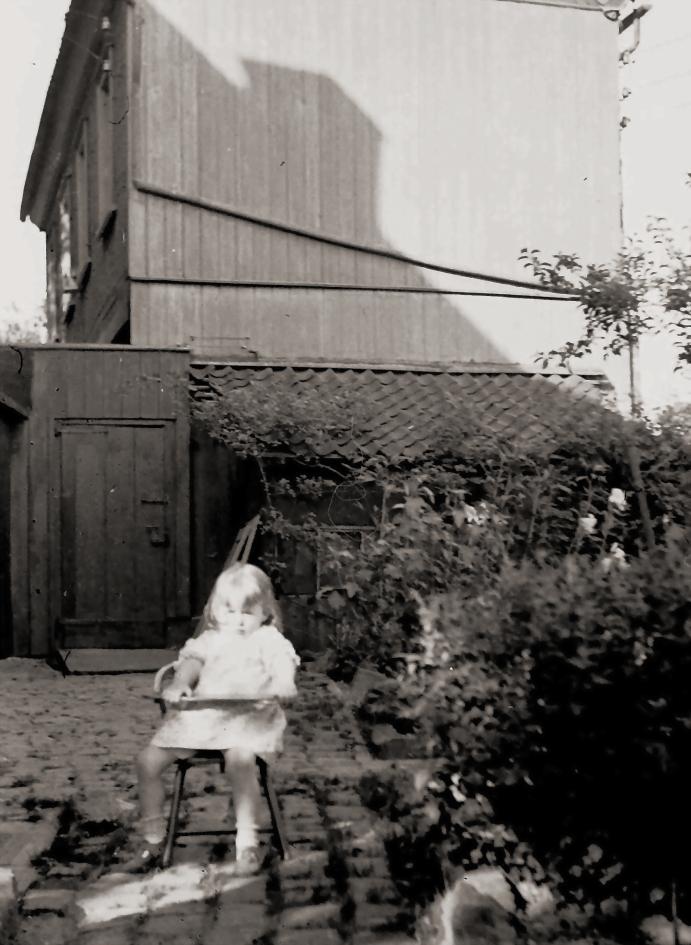 Bettina Heinen-Ayech im Innenhof des Schwarzen Hauses - ca. 1940