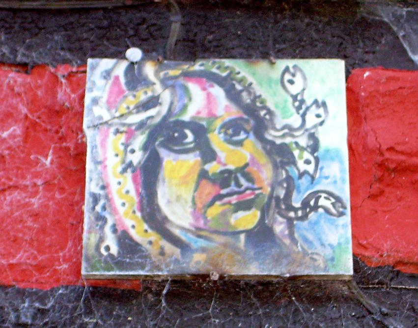 Aussenschmuck des Roten Hauses - Keramik von Bettina Heinen-Ayec (1937-2020)