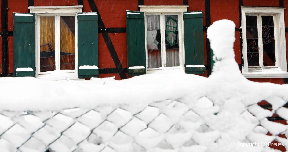 Ansicht der Glasfenster des Roten Hauses bei Schnee