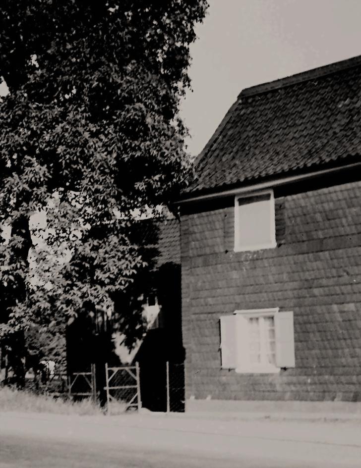 """Historisches Foto des sogenannten """"Schwarzen"""" und """"Roten"""" Haus um 1932"""