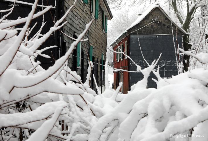 Der Gebäudekomplex der Künstlerkolonie bei Schnee, Zustand Februar 2021