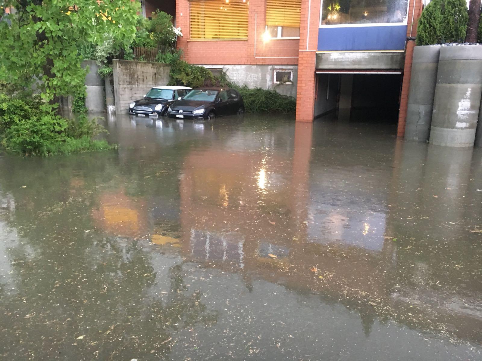 Überflutete Garageneinfahrt (Bild: Private)