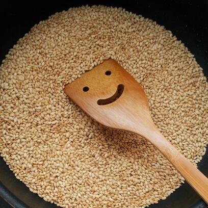 玄米は、炒った後におかゆとして炊き込みます