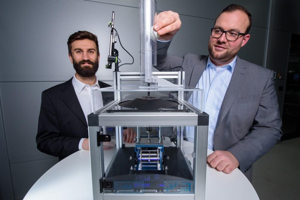 Kunststoffolie wird zum stufenloser Schalter oder Fühlhilfe fürs Handy (UdS, Lehrstuhl intelligenten Materialsysteme, Foto: Oliver Dietze)
