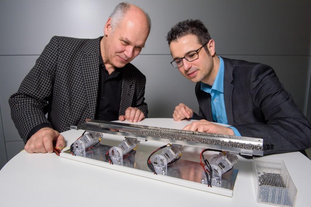 Fördertechnik mit Muskeln aus Silikon transportiert kleine Dinge (UdS, Lehrstuhl intelligenten Materialsysteme, Foto: Oliver Dietze)