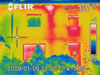 So sehen umgedämmte Rohrleitungen in einer Außenwand aus.