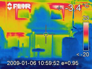 Deutliche Wärmeverluste sichtbar im Bereich der Rollladenkästen eines Reihenhauses.