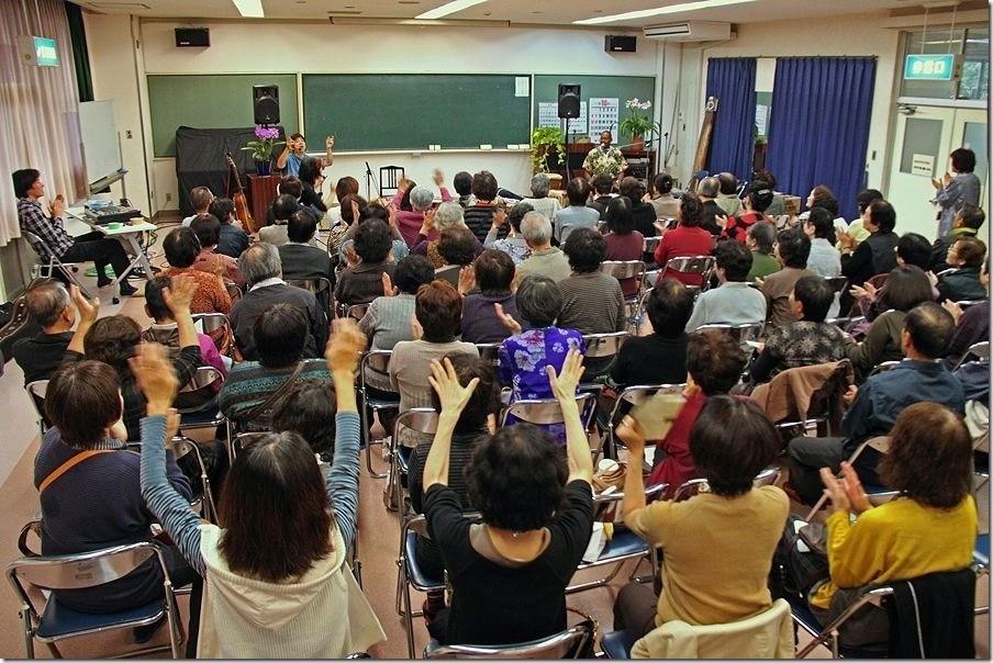 「福島市のサロンで、音楽と歌を歌ってみなさんと交流。」